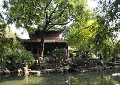 Le plan d'eau et la maison rouge (jardin Yuyuan)