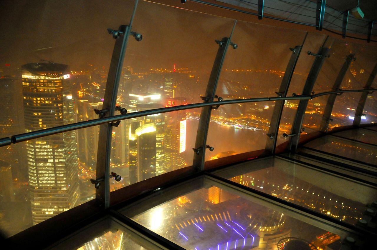 En haut de la Perle de l'Orient Tower TV Shanghai