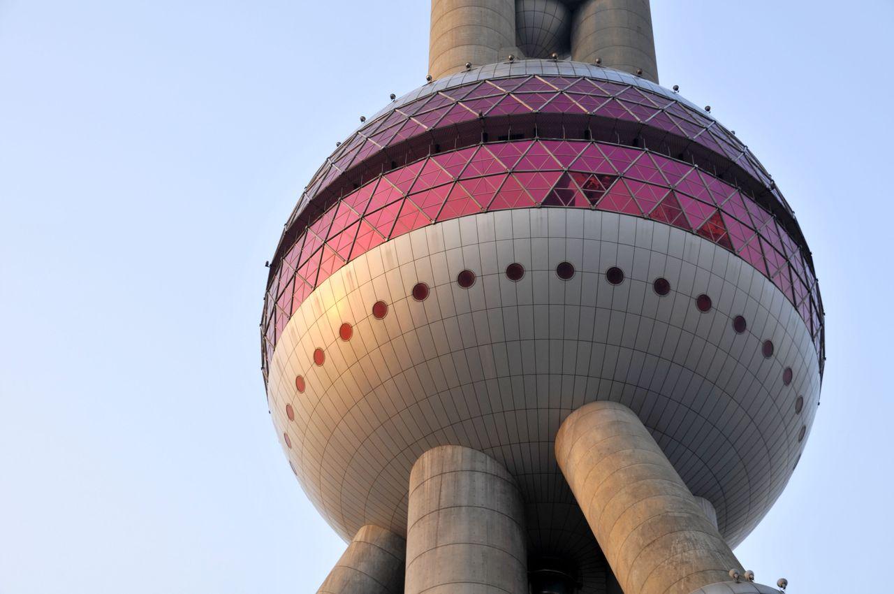 La sphère basse de la Perle de l'Orient tour TV de Shanghai